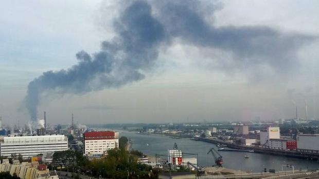 El humo tras la explosión en la planta química de Ludwigshafen