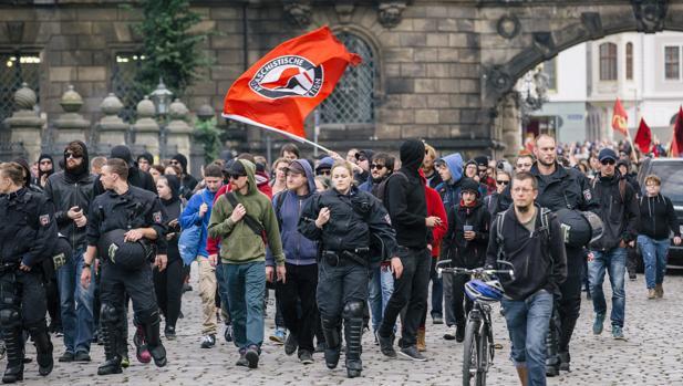 Policías y asistentes a la celebración de Pegida en Dresde