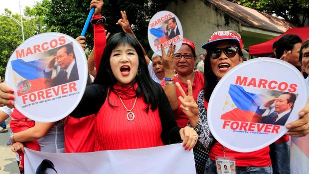 Seguidores de Ferdinand Marcos, a la espera de conocer la decisión del Tribunal