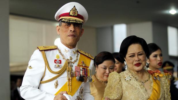 El príncipe Maha Vajiralongkorn será coronado oficialmente el año próximo (izda), según la Junta Militar