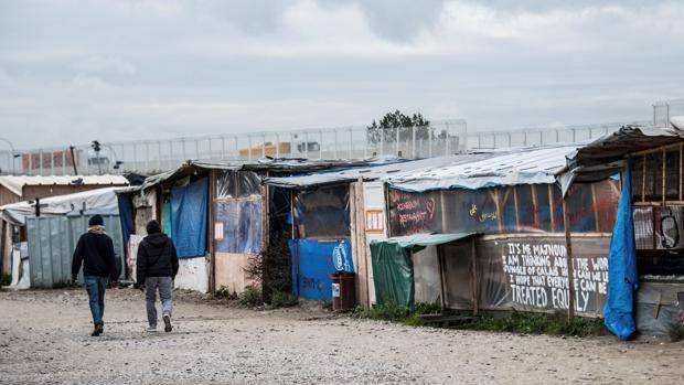 Una «calle» del campamento de refugiados de Calais