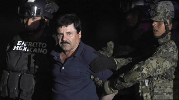 Joaquín «El Chapo» Guzmán, acompañado por un grupo de militares tras su segundo arresto