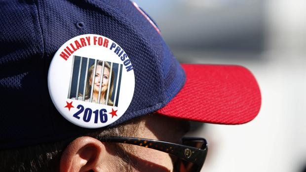 Un simpatizante de Trump con una chapa que reza «Hillary para la prisión»