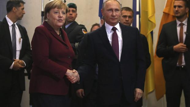 La canciller alemana, Angela Merkel (i), saluda al presidente ruso, Vladimir Putin (d), este miércoles en Berlín