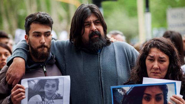 Los padres de Lucía Pérez, Guillermo Pérez (c) y Marta Montero (d), durante una marcha en Mar del Plata (Argentina) en repudio al asesinato de su hija