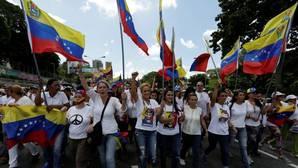 Miles de mujeres antichavistas exigen en Caracas que se reactive el referéndum contra Maduro