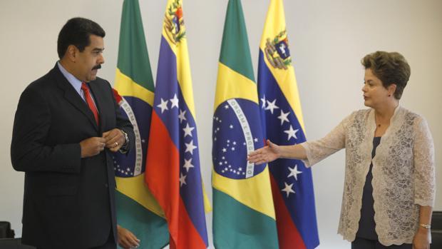 Dilma Rousseff (d),saluda al presidente de Venezuela, Nicolás Maduro (i) en una foto de archivo
