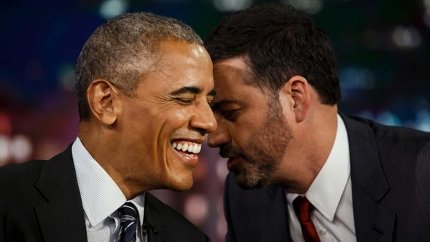 El presentador Jimmy Kimmel comparte confidencias con el presidente Obama durante un descanso publicitario del programa transmitido el lunes por la noche desde Los Ángeles