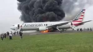 Un avión se incendia en el aeropuerto de Chicago tras reventar una rueda