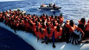 Mueren al menos 240 refugiados en dos naufragios frente a Libia