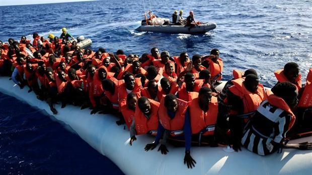 Emigrantes subsaharianos en una precaria embarcación en el Mediterráneo