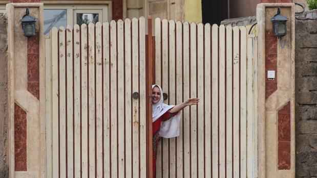 Una mujer da la bienvenida a los soldados iraquíes este miércoles en la localidad de Gogjali, a pocos metros de la entrada este de Mosul