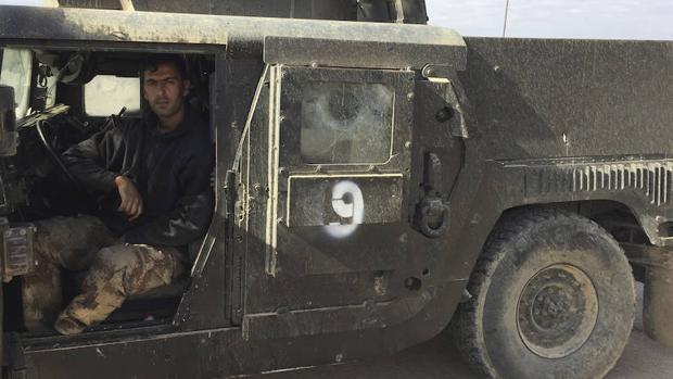 Un soldado iraquí avanza con su vehículo blindado hacia el este de Mosul
