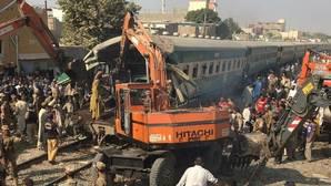 Al menos 19 muertos y 50 heridos tras un choque de trenes en Pakistán