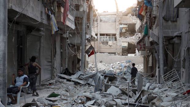 Vecinos de un barrio controlado por los rebeldes en Alepo