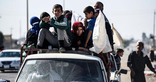 Una familia huye de Gogjali, en el extremo este de Mosul