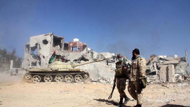 Tropas libias afines al gobierno apoyado por la ONU caminan por Sirte, en disputa con tropas de Estado Islámico