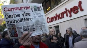 Turquía arresta a nueve periodistas del diario opositor Cumhuriyet y la tensión se dispara en las calles