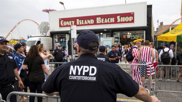 Un oficial de policiía vigila durante la celebración del 4 de julio, en 2015, en la ciudad de Nueva York