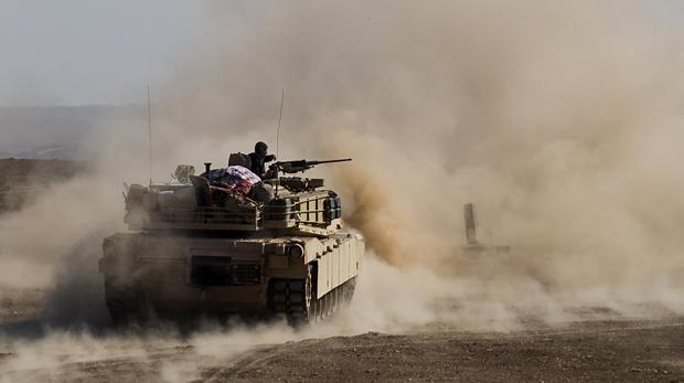 Un carro de combate de la 9º división acorazada iraquí abre fuego contra un coche sospechosos cerca de Al-Intissar, en las cercanías de Mosul
