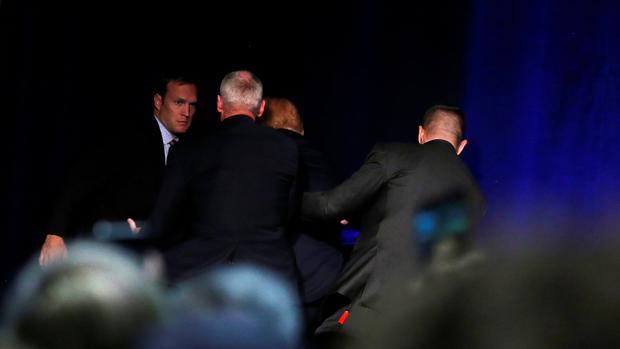 Donald Trump abandona el escenario en pleno mitin escoltado por el servicio secreto