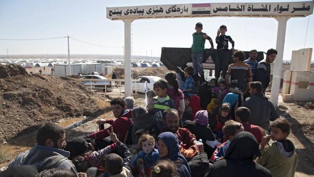 Desplazados iraquíes de zonas próximas a Mosul, ciudad que busca recuperar el ejército iraquí