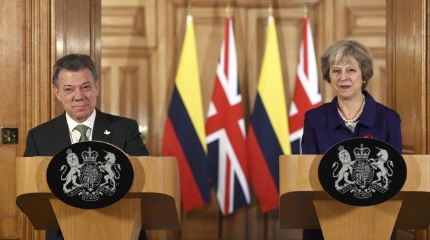 La primera ministra británica, Theresa May, junto a su homólogo colombiano y Premio Nobel de la Paz, Juan Manuel Santos