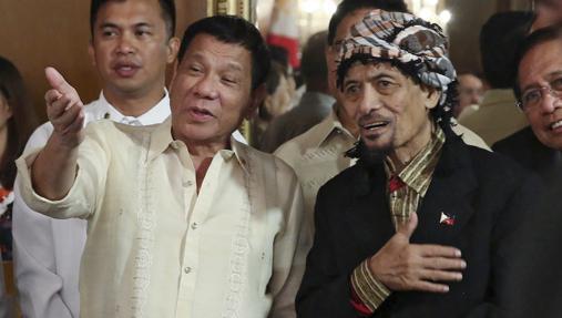 El presidente filipino, Rodrigo Duterte (i), con el líder rebelde musulmán Nur Misuari, presidente del Frente Moro de Liberación Nacional (FMLN), el jueves en el palacio presidencial, en Manila