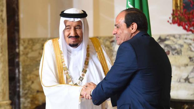 El presidente egipcio Al Sisi saluda al rey saudí Salman en El Cairo
