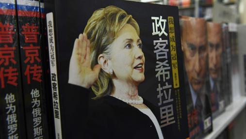 Un libro sobre Hillary Clinton junto a otro de Vladimir Putin, expuestos este fin de semana en una librería de Pekín