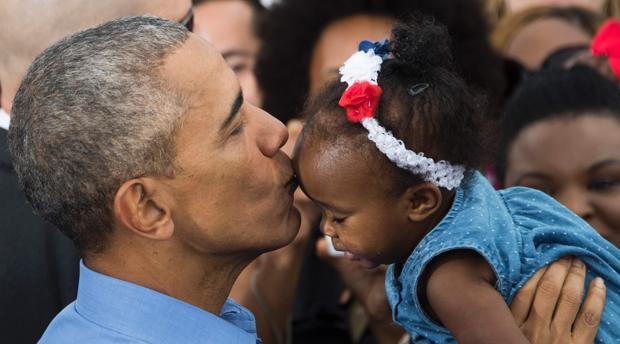 El presidente besa a una pequeña en un reciente acto de apoyo a Hillary Clinton