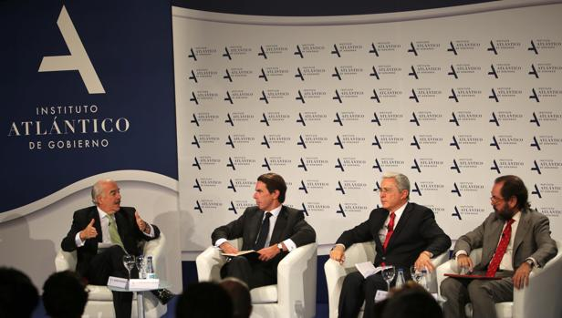 De izq. a dcha. Andrés Pastrana, José María Aznar, Álvaro Uribe y Ramón Pérez-Maura, en el IV Foro Atlántico del IADG, celebrado este lunes en la Casa de América