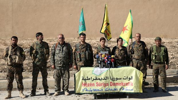 Una portavoz de las antiyihadistas Fuerzas Democráticas Sirias anuncia en Ain Issa el ataque a Raqqa