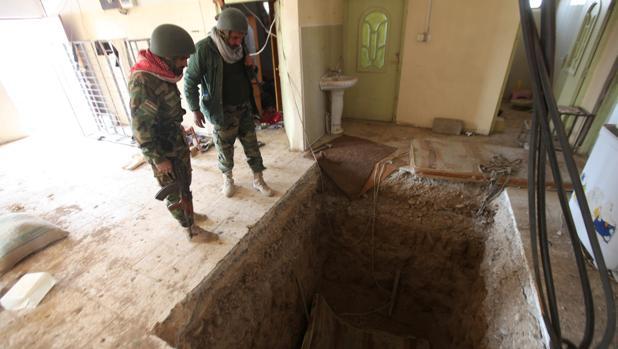 Dos milicianos peshmerga observan un túnel excavado por Daesh en Bashiqa, al este de Mosul