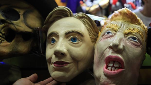 Venta de caretas de Clinton y Trump en una tienda de Ciudad de México