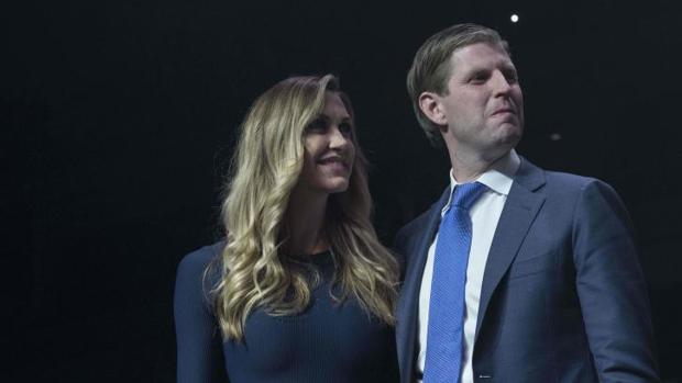 Eric Trump, junto a su mujer