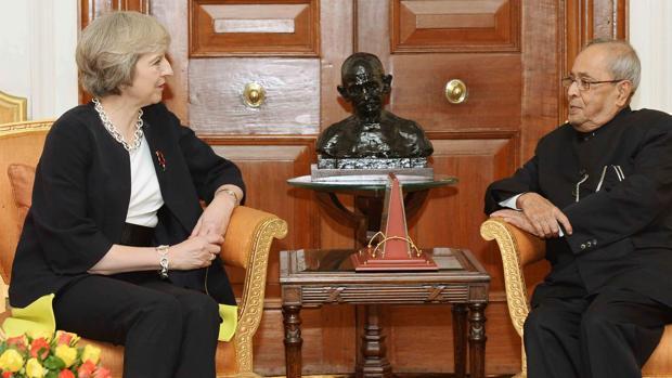 May conversa con el presidente Pranab Mukherjee durante su reciente visita oficial a la India
