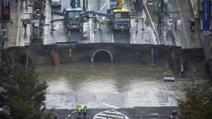 Un gigantesco socavón corta una avenida de cuatro carriles en Fukuoka (Japón)