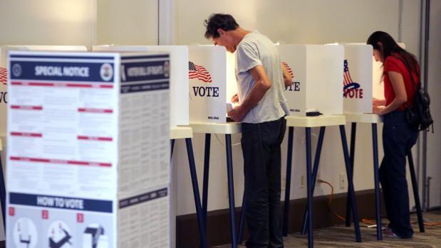 Los estadounidenses votan en seis husos horarios diferentes
