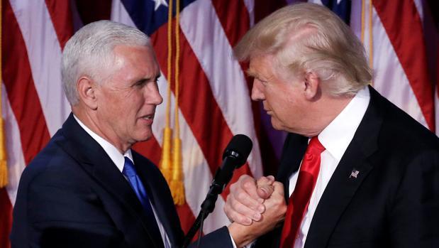 Saludo amistoso entre Donald Trump y el vicepresidente electo, Mike Pence, poco después de conocer su victoria en las presidenciales, en la madrugada del miércoles en un hotel de Nueva York
