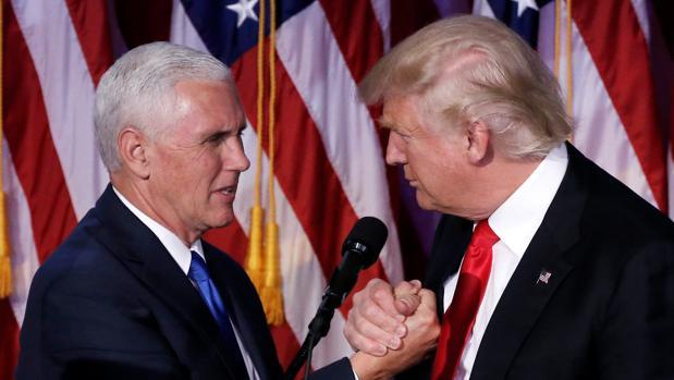 El presidente de Estados Unidos, Donald Trump, junto al vicepresidente, Mike Pence