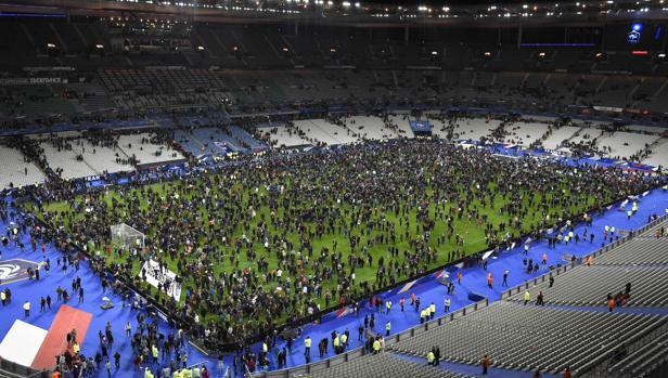 Espectadores del Francia-Alemania del 13N, en el terreno de juego tras las explosiones en los aledaños