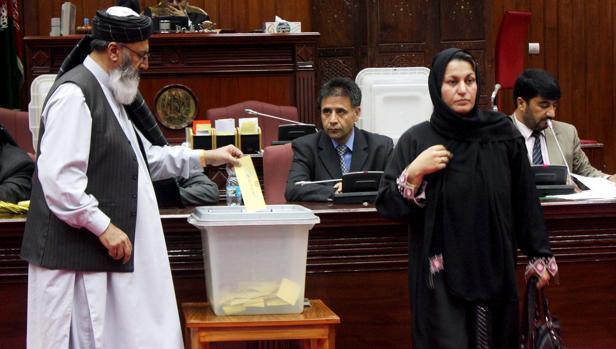 Un diputado afgano deposita su voto para los siete ministros propuestos por el presidente afgano, Hamir Karzai