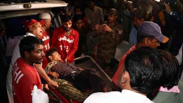 Servicios de emergencia tratan de socorrer a una de las víctimas del atentado