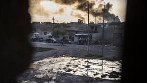 Una columna de humo sale de un barrio tomado por Daesh en Mosul