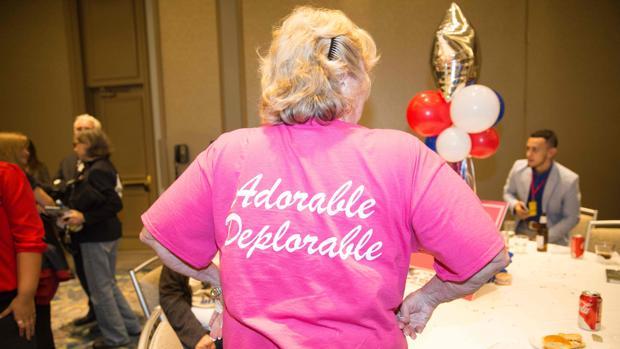 Una mujer exhibe su camiseta