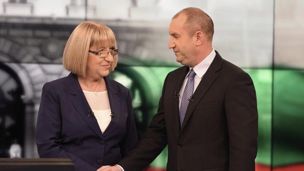 La candidata para el Comité de Iniciativa y presidenta del Parlamento de Bulgaria, Tsetska Tsacheva (i), estrecha la mano del candidato para el Comité de Iniciativa y apoyado por el Partido Socialista búlgaro (BSP), Rumen Radev (d), antes del inicio de un debate televisivo en la cadena National TV en Sofía