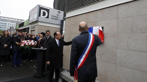 El presidente Hollande durante los actos de recuerdo a las víctimas en el estadio Saint-Denis