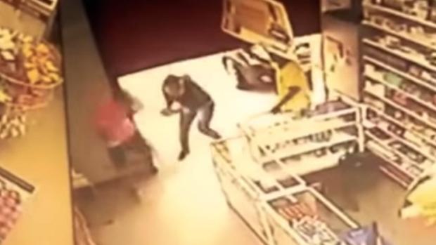 YouTube:  Mata a tiros a un atracador cuando intentaba asaltar una tienda en Brasil