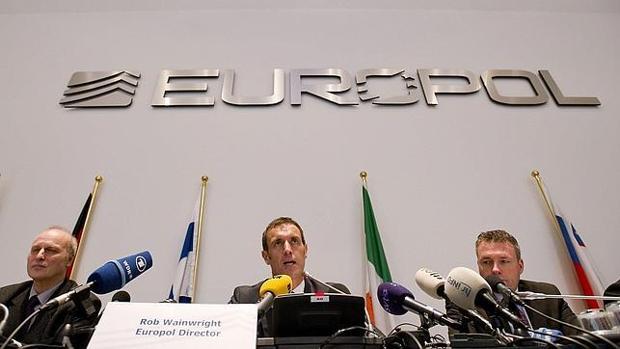 Los responsables de Europol durante la rueda de prensa en La Haya en 2013